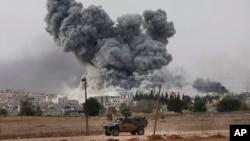 Denso hubo se leva sobre Kobani luego de bombardeos por parte de la coalición liderada por Estados Unidos.