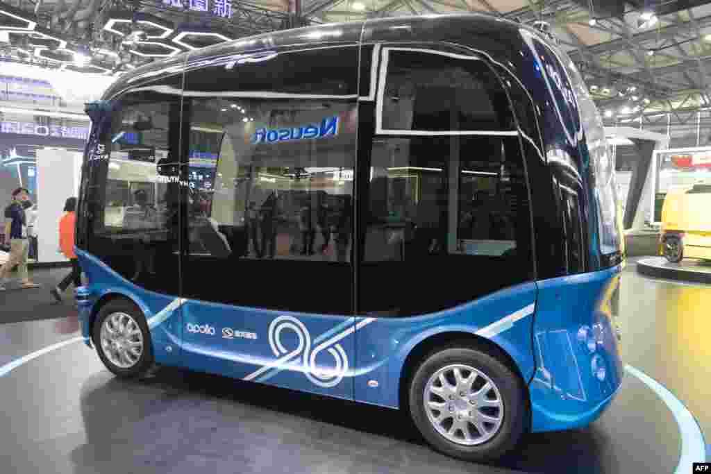 金龙公司的Apolong自动驾驶迷你巴士于018年6月13日在上海的亚洲消费电子展(CES)展出。