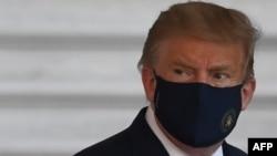 ប្រធានាធិបតីសហរដ្ឋអាមេរិកលោក Donald Trump ធ្វើដំណើរចាកចេញពីសេតវិមានឡើងជិះឧទ្ធម្ភាគចក្រ Marine One ទៅកាន់មន្ទីរពេទ្យយោធាជាតិ Walter Reed បន្ទាប់ពីលោកបានធ្វើតេស្តរកឃើញថា បានឆ្លងជំងឺកូវីដ១៩ នៅរដ្ឋធានីវ៉ាស៊ីនតោន ថ្ងៃសុក្រ ទី២ ខែតុលា ឆ្នាំ២០២០។