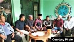 Tokoh Lintas Agama Kyai Abdul Muhaimin (tengah mengenakan peci) Selasa (18/12) mengundang perwakilan pihak-pihak yang terkait dengan pemotongan salib di makam Jambon di Purbayan, Kotagede, Yogyakarta. (foto: Courtesy Kyai Muhaimin).