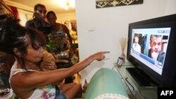 나이지리아에서 탈출한 프랑스 인질 프랑시스 콜롱의 가족들이 17일 프랑스에서 관련 뉴스를 시청하고 있다.