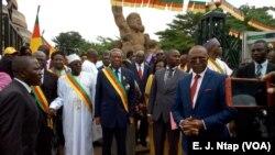 Les présidents du Sénat et de l'Assemblée nationale du Cameroun devant le monument de la réunification dimanche 1er octobre 2017. Les deux hommes s'opposent à toute partition du pays. (VOA/ E. J. Ntap)
