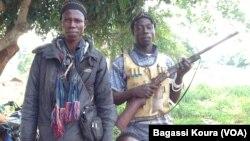 Des combattants anti-Balaka à une barrière au village Gbaguili, 340 km à l'ouest de Bangui,RCA , le 1er avril 2014, Photo Bagassi Koura.