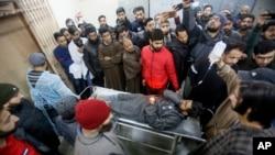 کئی شدید زخمیوں کو طبی امداد کے لیے سرینگر منتقل کیا گیا ہے۔