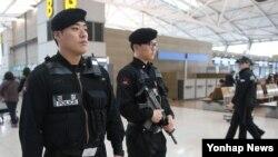 한국은 북한의 테러 가능성에 대비해 각 기관의 대비태세를 강화하고 있다. 인천국제공항경찰대 대원들이 19일 출국장에서 경계근무를 서고 있다.