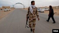 Un soldado de Gadhafi en Bin Jawad, uno de los poblados retomados a los rebeldes.