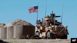 一名美军士兵坐在一辆位于叙利亚曼比季市前线的装甲车里。前线的两侧分别是美国和土耳其支持的不同武装势力。2018年4月4日。