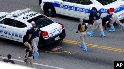 10일 미국 연방수사국, FBI 요원들이 지난주 댈러스 총격 사건 현장을 조사하고 있다. 당시 범인의 총격으로 경찰 5명이 사망했다.