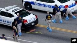 Nhân viên FBI làm việc tại hiện trường nơi năm sĩ quan cảnh sát bị bắn chết hôm thứ Năm ở thành phố Dallas, bang Texas, Mỹ, ngày 10 tháng 7, 2016.