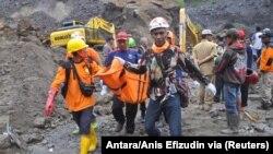 Anggota tim penyelamat membawa jenazah penambang setelah tanah longsor melanda Desa Srumbung di Magelang, 18 Desember 2017. (Foto: Antara/Anis Efizudin via Reuters)