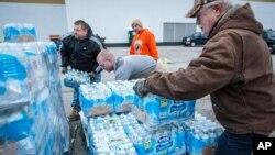 Distribution d'eau à la population de Charleston