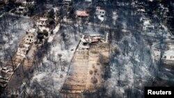 Những căn nhà và cây cối bị thiêu rụi tại làng Mati, gần thủ đô Athens, Hy Lạp, ngày 25 tháng 7, 2018.