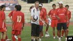 Ông Riedl trong buổi tập với đội tuyển Việt Nam ở Bangkok tại giải đấu Asian Cup năm 2007.