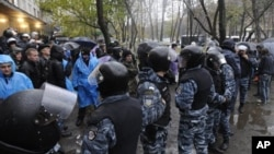 Riot police separate opposition and pro-government activists outside an election precinct where the opposition alleged election fraud in Kiev, Ukraine, November 2, 2012.
