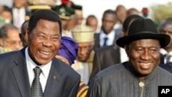 A droite: Le President du Nigeria Goodluck Jonathan. A Gauche le President du BeninThomas Yayi Boni.