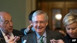 Lãnh tụ khối đa số Thượng viện Mitch McConnell rời khỏi phòng họp sau khi công bố dự luật bảo hiểm sức khỏe thay thế Obamacare.