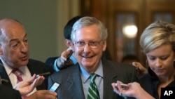 参议院多数党领袖米奇·麦康奈尔公布共和党医保草案后面带微笑离去(2017年6月22日)