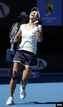 Li Na bersorak setelah mengalahkan Caroline Wozniacki di semifinal Australia Terbuka.