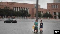 Studenti u kampusu Univerziteta u Hjustonu tokom poplava