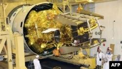 Специалисты завершают предполетный осмотр космической станции «Фобос-Грунт». Космодром Байконур. 2 ноября 2011г.