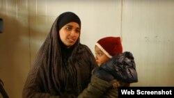 هدی مثنی زن جوانی که از آمریکا برای همراهی با داعش به سوریه رفت اما اکنون با یک کودک قصد بازگشت به آمریکا را دارد.