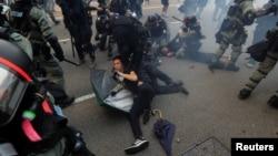 29일 홍콩 도심에서 경찰들이 반정부 시위에 참가한 시민들을 체포하고 있다.