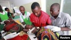 Các nhân viên y tế tại bệnh viện huyện Malindi chăm sóc một đứa trẻ bị thương sau cuộc xung đột giữa các bộ tộc tại vùng đông nam sông Tana, Kenya, 21/12/2012