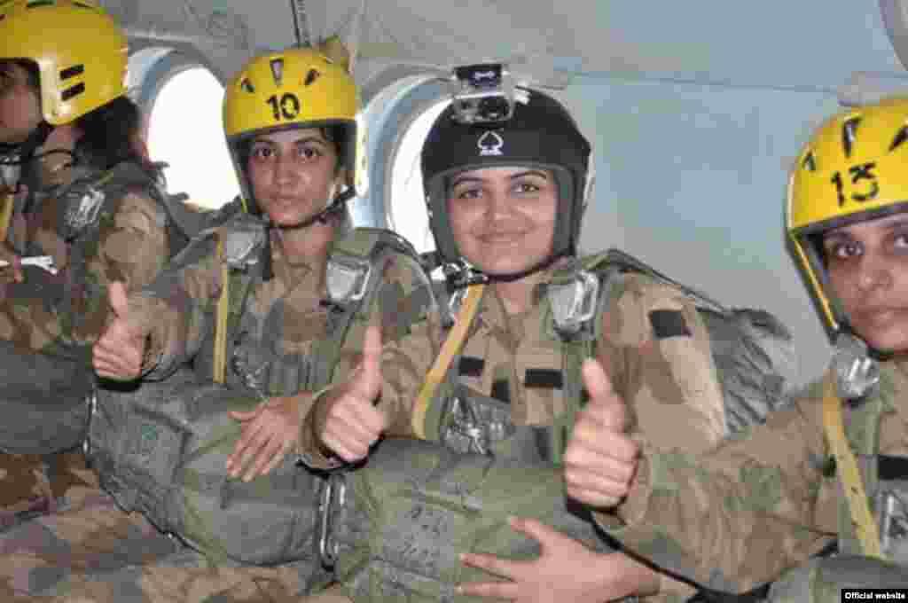 پاکستان کی بری فوج کی تاریخ میں خواتین فوجیوں کے پہلے دستے نے پیرا ٹروپرز کا کورس مکمل کیا ہے۔
