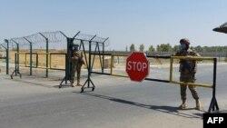 烏茲別克軍人守衛在烏茲別克斯坦與阿富汗邊界的一個哨卡。 (2021年8月15日)