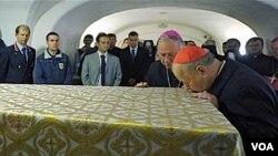 El arzobispo de Cracovia Stanislaw Dziwisz, ex secretario del fallecido Papa, besa el ataúd del difunto Juan Pablo II.