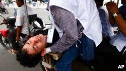 2013年9月15日柬埔寨反对党一名受伤的抗议者被送往医院