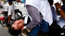 2013年9月15日柬埔寨反對黨一名受傷的抗議者被送往醫院