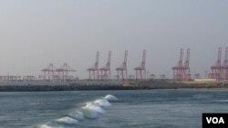 即将恢复兴建的中资科伦坡港口项目。(美国之音朱诺拍摄,2016年1月9日)