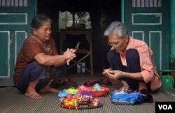 Hai vợ chồng cụ Đặng Đình Quản (78 tuổi) và Đào Thị Sáp, ở Xuân La nặn các con tròn, con bệt truyền thống. (Hình: Trịnh Bách)