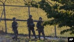 북한 경비정 1척이 연평도 인근 서해 북방한계선을 침범해 한국 군의 경고사격을 받고 퇴각한 지난 7일 한국 군 병사들이 비무장지대 인근에서 경계근무를 서고 있다. (자료사진)