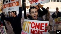 Manifestantes protestas por las deportaciones frente a un edificio federal en Atlanta.
