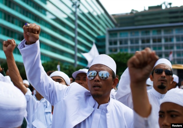 Members of hardline Muslim groups protest near the Burmese embassy in Jakarta, May 3, 2013.