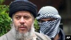 Foto de archivo de Mustafá Kamel Mustafá, conocido por sus violentos sermones en una mezquita en Londres.