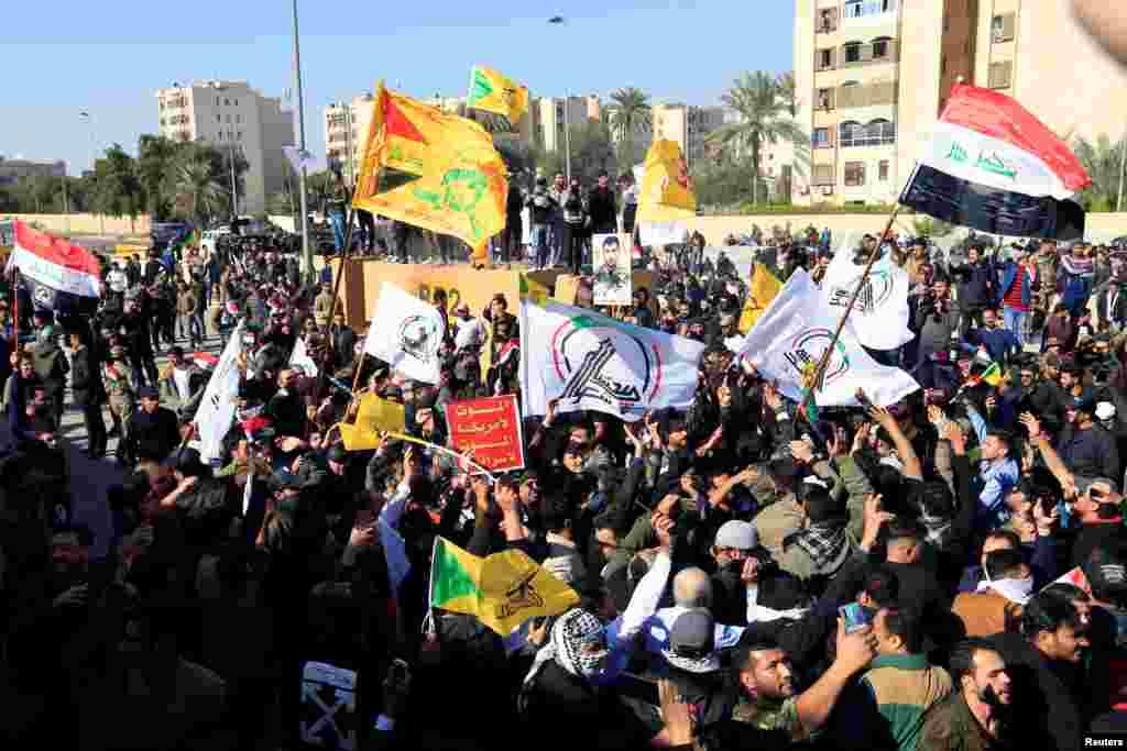 Manifestantes se agolparon la mañana de este martes frente a la embajada de Estados Unidos en Bagdad para mostrar su rechazo a los letales ataques aéreos de Washington, que mataron a 25 combatientes (Foto: Reuters/Thaier al-Sudani)