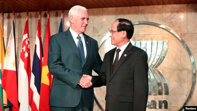 Phó Tổng thống Mỹ Mike Pence (bên trái) và Tổng Thư ký ASEAN Lê Lương Minh tại trụ sở ASEAN ở Jakarta, Indonesia, ngày 20/4/2017.