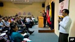 Giám đốc USAID Rajiv Shah (trái) tại một buổi họp trong thành phố Rangoon, Miến Điện, 7/3/13