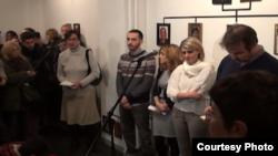 Fatos, Jehona dhe Saranda Bogujevci, si fëmijë i kishin mbijetuar një masakre në Podujevë në vitin 1999. Në vitin 2013 ata hapën në Beograd një ekspozitë fotografish që dëshmojnë për krimet e forcave serbe.