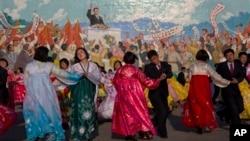 11일 북한 평양에서 김일성 생일인 '태양절'을 앞두고 춤을 추는 시민들.