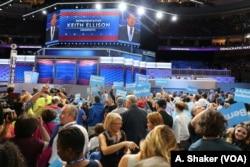 ສະມາຊິກສະພາ Keith Ellison ຈາກລັດ Minnesota ແນະນຳ ທ່ານ Bernie Sanders ຜູ້ລົງແຂ່ງຂັນໃຫ້ເປັນຕົວແທນຂອງພັກ Democratic ໃນກອງປະຊຸມແຫ່ງຊາດ, 25 ກໍລະກົດ2016.