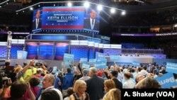 Anggota Kongres Keith Ellison dari Minnesota memperkenalkan mantan kandidat calon presiden Demokrat, Bernie Sanders, dalam konvensi partai di Philadelphia (25/7).