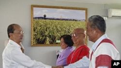 Burma's President Thein Sein (L) shakes hands with representatives from the Karen National Union (KNU) in his private farm house in Naypyitaw, April 7, 2012.