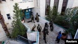 Nhân viên an ninh Israel tại một giáo đường Do Thái cạnh đền thờ ở Jerusalem, nơi xảy ra vụ tấn công, ngày 18/11/2014.