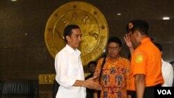 Jokowi mendatangi kantor Basarnas di Jakarta untuk mendapatkan perkembangan informasi hilangnya pesawat AirAsia QZ 8501 (29/12/2014).