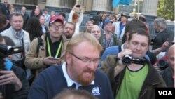 Виталий Милонов среди участников народного схода.