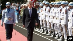 U.S. Defense Secretary Chuck Hagel (C) inspects a guard of honor during a welcome ceremony prior to a meeting with Indonesian Defense Minister Purnomo Yusgiantoro in Jakarta, Indonesia, Aug. 26, 2013.